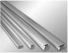 Пластиковые кабельные короба ( кабель – каналы ) предназначены для удобства  прокладки электрических сетей ( силовых и сигнальных ) внутри помещений.  При монтаже элементы кабельного канала крепятся к основанию с помощью винтов и саморезов, стыкуются между собой посредством пластиковых угловых соединителей