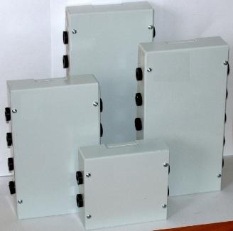 Распределительные соединительные металлические коробки изготавливаются из листового металла толщиной 0,8 мм и окрашиваются порошковой эмалью светло-серого цвета. Для ввода кабелей используются резиновые кабельные вводы внутренним диаметром d=8 мм. Один кабельный ввод рассчитан на четыре контакта. Для соединения кабелей используются соединительные колодки напряженим до 400В и током до 25А